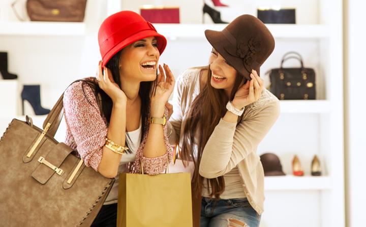 Consumatori soddisfatti dal esperienza di shopping in negozio fisico